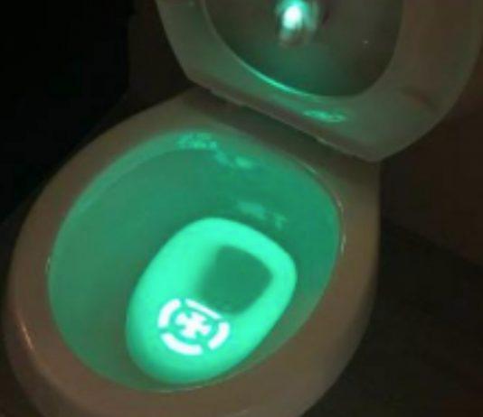 Toilette mit grünem Licht