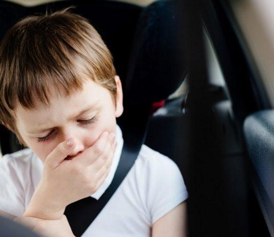 Junge ist im Auto übel