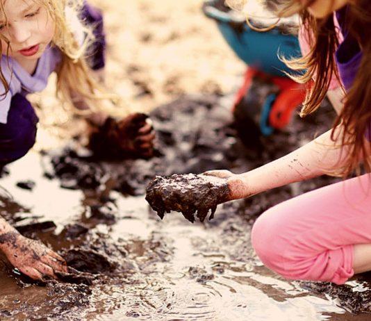 Mädchen spielen im Dreck