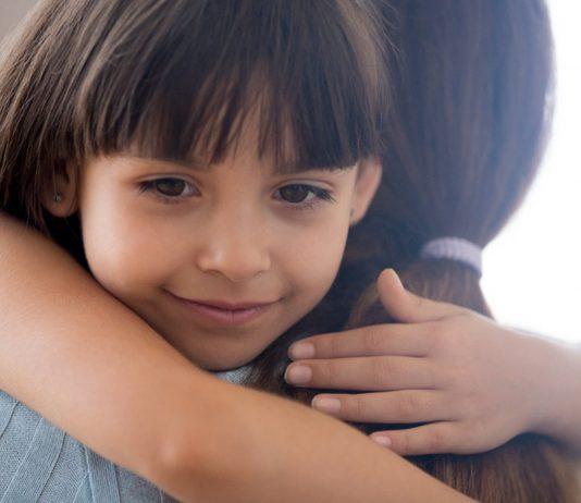 Kind umarmt Mama