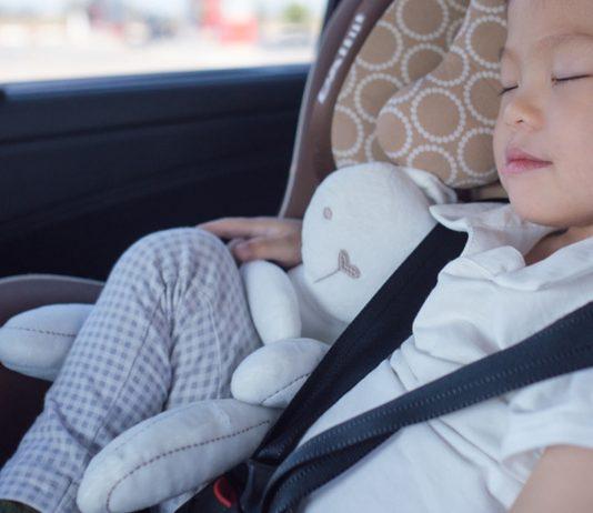 Junge im Autositz