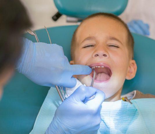 Kreidezähne Kinder was tun: Junge beim Zahnarzt