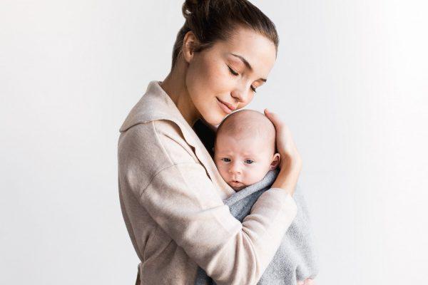 Impfungen schützen: Mama hält ihr Baby