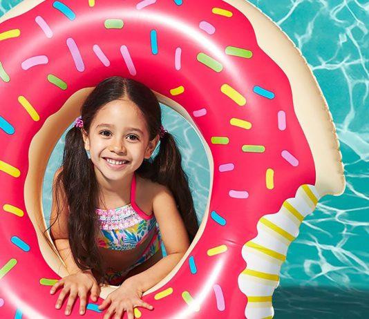 Mädchen im Wasser mit Schwimmring