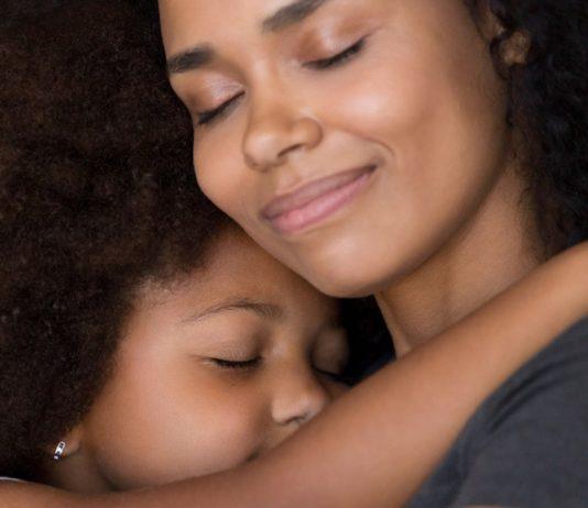 Mama tröstet Tochter