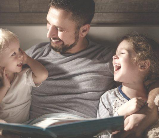 Vorlesen: Papa liest Kindern vor