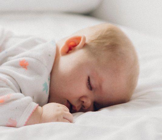 Bauchlage: Warum sie wichtig für dein Baby ist - und manchmal gefährlich!