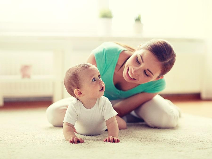 Mama spielt mit Baby