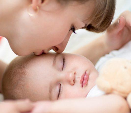 Baby mit Kuscheltier als Einschlafhilfe