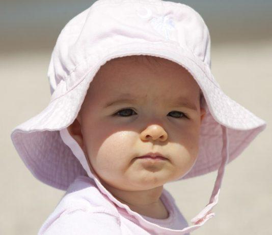 Kleinkind mit Sonnenhut gegen Hitzschlag