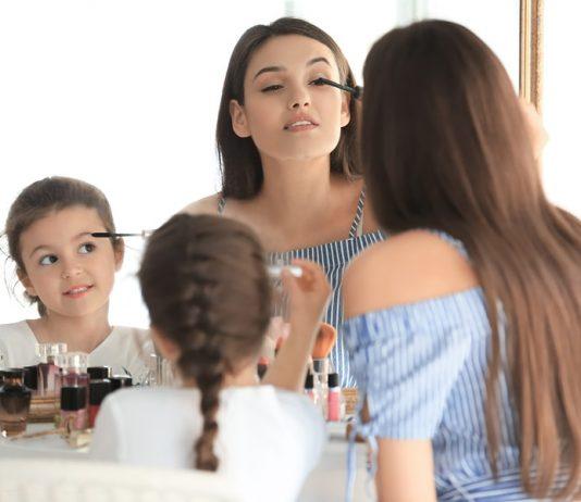 Mama und Tochter vorm Spiegel
