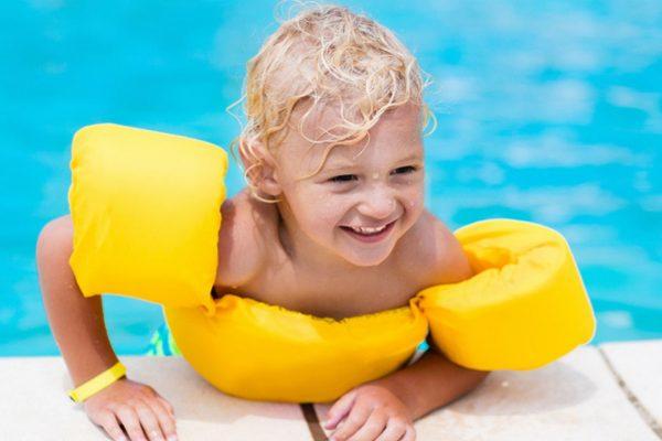 Kind mit Schwimmhilfen