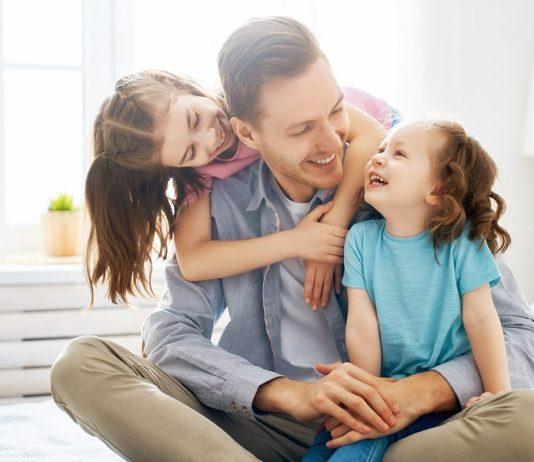 Vater mit Kindern: Wenn due Familienplanung beendet ist, kann eine Vasektomie hilfreich sein