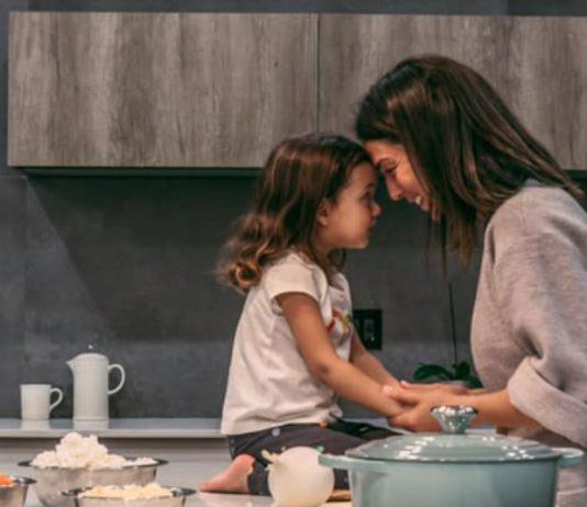 Tochter mit Mutter in der Küche