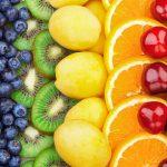 Eis für Kinder selber machen: Frische Früchte sorgen für bunte Farben