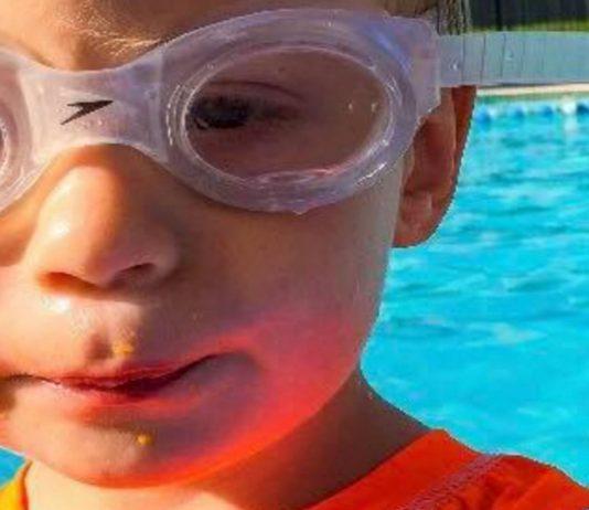 Junge im Wasser