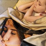 Kind mit Kuscheldecke von MeinFoto