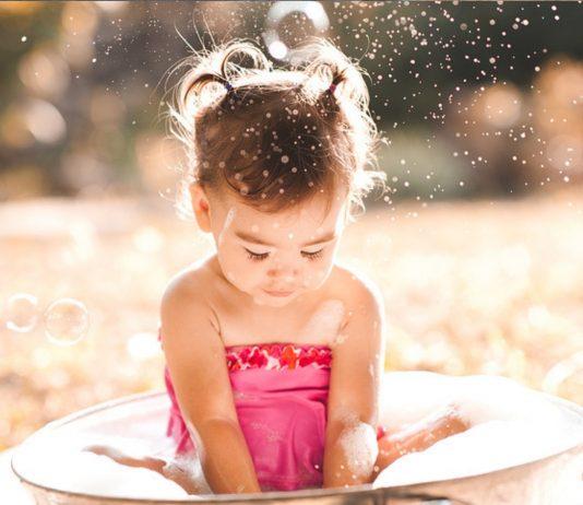 Mädchen badet