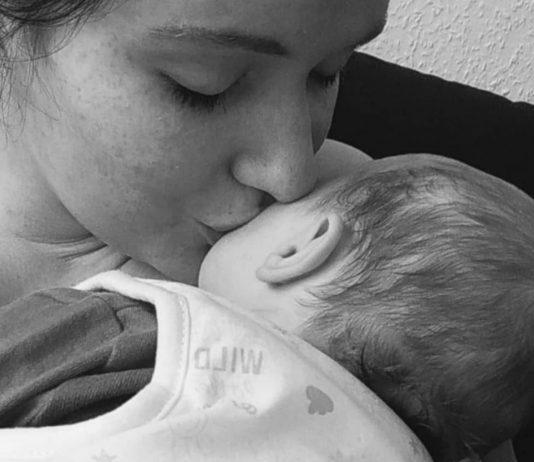 Unbemerkt schwanger: Mama mit ihrem Baby