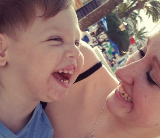 Alleinerziehende Mama Jana mit ihrem beeinträchtigten Sohn Finn