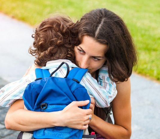 Alleinerziehende Mama umarmt ihren Sohn