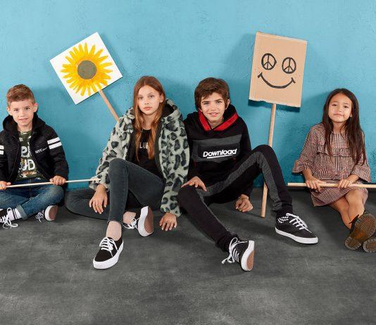 Kinder mit Schilder