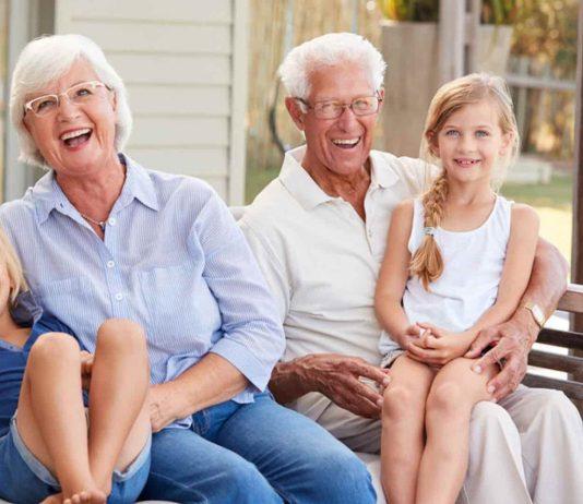 Großeltern mit ihren Enkelkinder