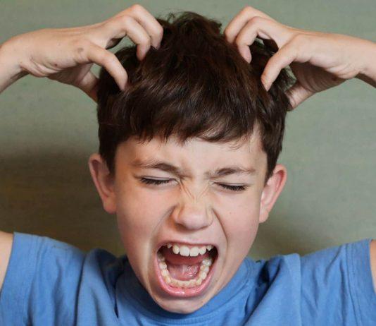 Junge mit Kopfläusen