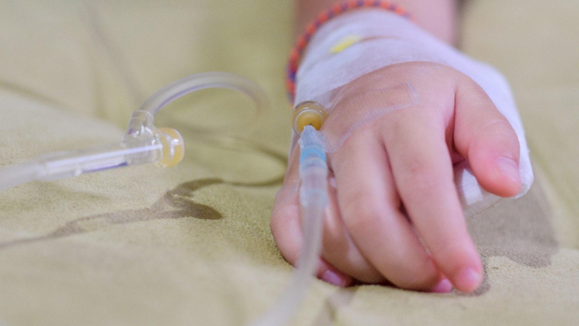 Babyhand mit Schlauch im Krankenhaus
