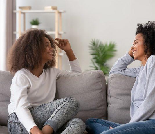 Freundinnen reden auf dem Sofa