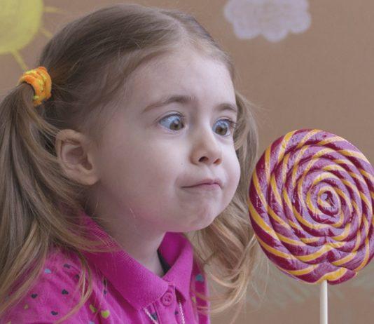 Überzuckerungs-Tag: Mädchen mit Lolly