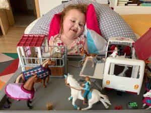 Emma in ihrem Krankenbett: Der Hirntumor nimmt ihr alle Kraft