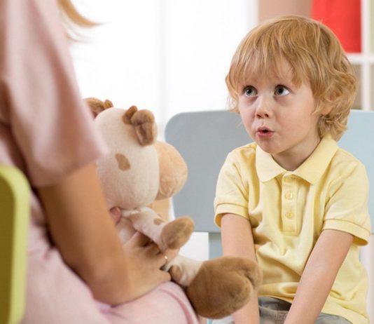 Kinder anlügen: Mutter spricht mit ihrem Sohn
