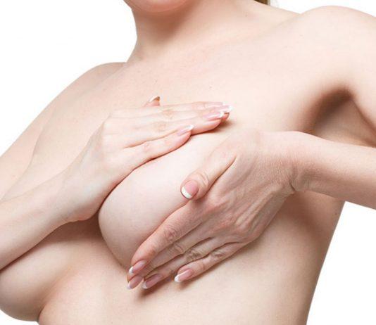 Brust selbst abtasten – Frau untersucht sich