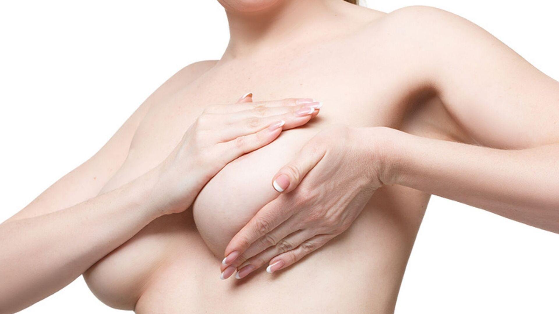 Brustkrebsvorsorge: Frau tastet ihre Brust selbst ab