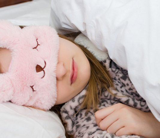 Frau schläft mit Schlafbrille