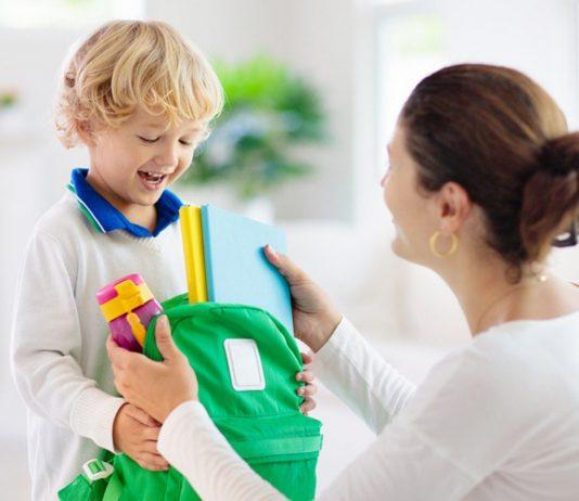 Organisation-Familie: Mama und Sohn packen Ranzen
