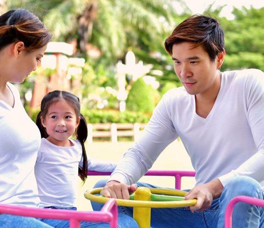 Familie auf Kinderspielplatz