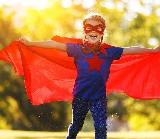 Mädchen als Superheld/ selbstbewusst