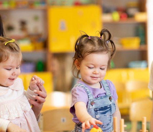 Kinder spielen zusammen: Bei der Eingewöhnung in der Kita kann ein Coaching helfen