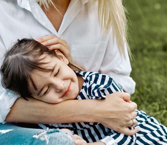 Fehler bedürfnisorientierte Erziehung: Mädchen auf Mamas Schoß