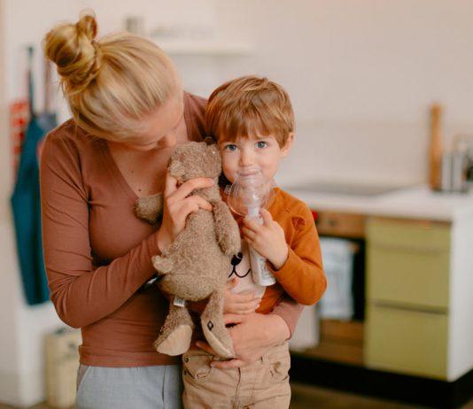 Erkältung natürlich bekämpfen: Kind mit Inhalator