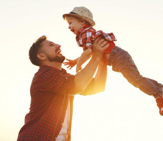 Papa und Kind toben: Kinder sind bei Vätern oft wilder