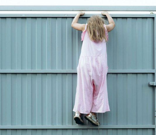 Mädchen klettert: Kinder sollten eigene Erfahrungen machen