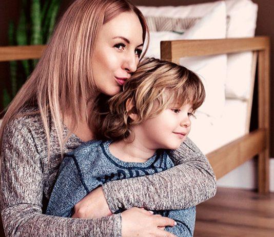 Mutter und Sohn kuscheln: Eine bedürfnisorientierte Erziehung berücksichtigt auch Mamas Bedürfnisse