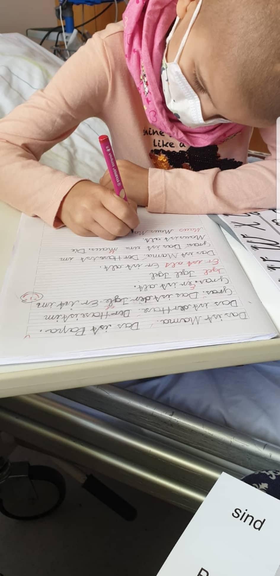 Pia lernt im Krankenhaus für die Schule