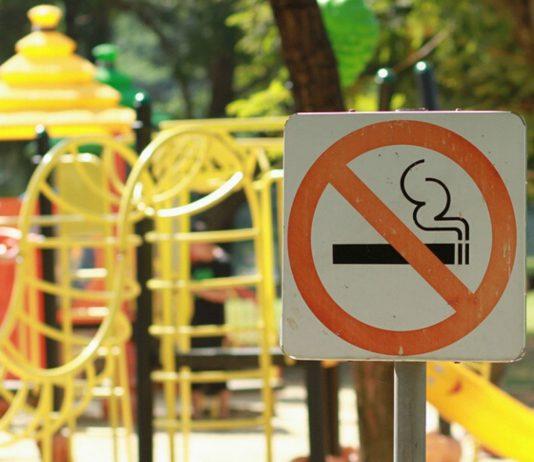 """Rauchen auf Spielplätzen: """"Rauchen verboten""""-Schild vor Klettergerüst"""