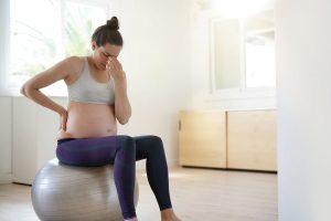 Schwangere auf dem Pezziball