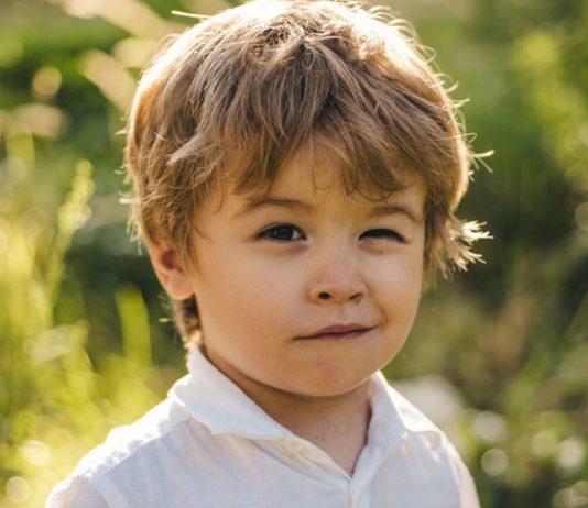 Tics bei Kindern: Junge blinzelt