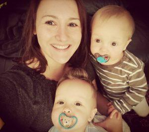 Mama Aileen mit ihren Zwillingen - heute geht es den Kleinen gut